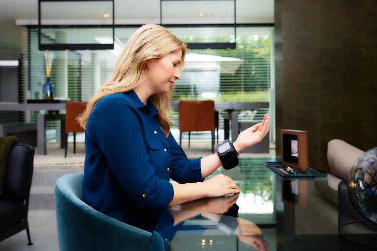 Misuratore di pressione certificato nello smartwatch, la scelta di Omron